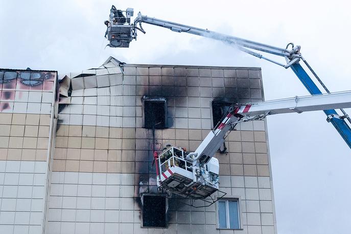"""KEMEROVO, RUSSIA - MARCH 25, 2018: Firefighters battling a fire at the Zimnyaya Vishnya shopping centre in Prospekt Lenina Street; several people and at least four children have been killed in the fire. Danil Aikin/TASS Ðîññèÿ. Êåìåðîâî. 25 ìàðòà 2018. Âî âðåìÿ ëèêâèäàöèè ïîæàðà â òîðãîâî-ðàçâëåêàòåëüíîì öåíòðå """"Çèìíÿÿ âèøíÿ"""" íà ïðîñïåêòå Ëåíèíà. Â ðåçóëüòàòå ïîæàðà ïîãèáëè ëþäè. Äàíèë Àéêèí/ÒÀÑÑ"""