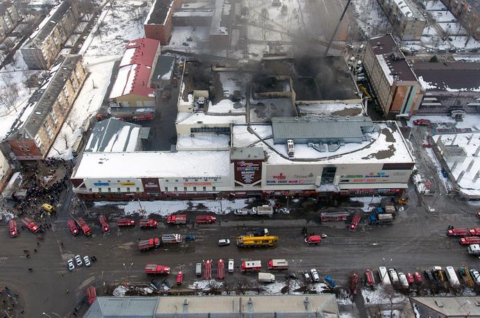 """KEMEROVO, RUSSIA - MARCH 26, 2018: A view of the Zimnyaya Vishnya shopping centre in Prospekt Lenina Street where over 50 people were killed in a fire on March 25, 2018. Kirill Kukhmar/TASS Ðîññèÿ. Êåìåðîâî. 26 ìàðòà 2018. Âèä ñâåðõó íà òîðãîâî-ðàçâëåêàòåëüíûé öåíòð """"Çèìíÿÿ âèøíÿ"""" íà ïðîñïåêòå Ëåíèíà, ãäå íàêàíóíå â ðåçóëüòàòå ïîæàðà ïîãèáëè ëþäè. Êèðèëë Êóõìàðü/ÒÀÑÑ"""